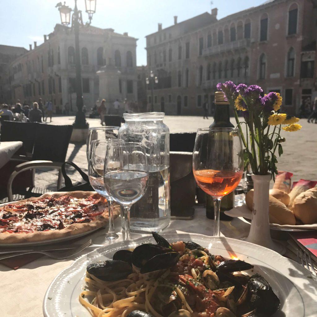 Náš oběd na Benátském náměstí